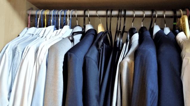 すぐ着ないスーツを長期保管する方法|正しいケアでカビや虫から守ろう